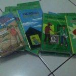 foto distribusi buku saku YLBHI